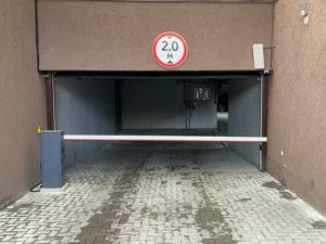 Шлагбаум автоматический на въезде в подземную парковку
